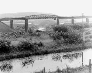 06-canal-river-tawe-in-background